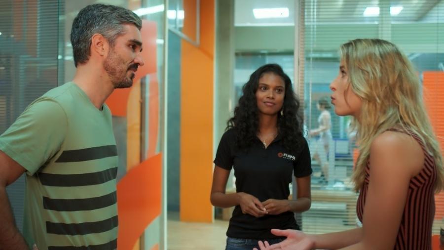 """Flávio (Cristiano Gualda) deixa Bárbara (Barbara França) revoltada ao saber que fará campanha com Joana (Aline Dias) em """"Malhação"""" - Reprodução/GShow"""