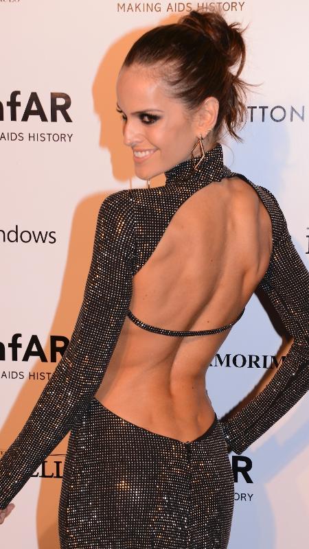 4.abr.2014 - A modelo Izabel Goulart exibe seus furinhos em baile da amfAR, em SP - Getty Images