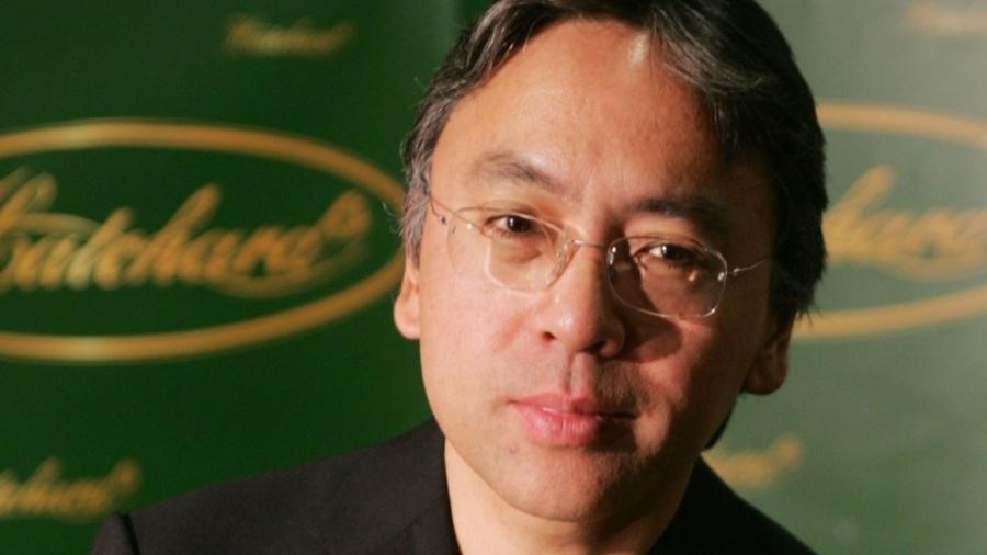 """O escritor Kazuo Ishiguro posa com o seu livro """"Não me Abandone Jamais"""", para o Booker Prize, o maior prêmio de literatura do Reino Unido, em Londres (10/08/2005) - Stephen Hird / Reuters"""