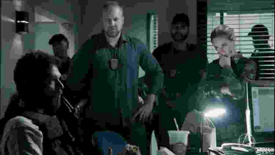 """O policial civil Reinaldo Leal ( de pé) investigou o traficante Saulo de Sá e participou da cena da prisão de Rubinho de """"A Força do Querer"""" - Reprodução/Globo"""