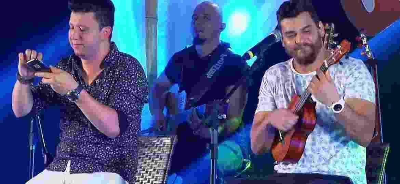 """A dupla Cleber & Cauan tocam a música """"Quase"""" no ukulele na gravação do DVD """"Resenha"""" - Divulgação"""