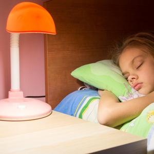As causas apontadas para a dificuldade de dormir são preocupações financeiras, uso de tecnologias como o celular na cama e estresse decorrente de questões de trabalho
