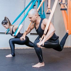 No pilates em suspensão, você usa fitas de tecido para fazer os exercícios
