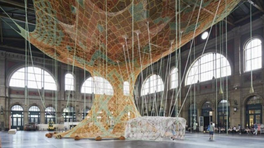 Escultura interativa feita de crochê, de autoria do carioca Ernesto Neto, em exposição na estação central de Zurique - Mark Niedermann/Fondation Beyeler/BBC