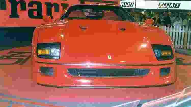 A F40 no estande da Fiat, e o público ao fundo. Era o Salão de SP de 1990 - Reprodução