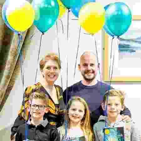 Clare Mackintosh, o marido Rob e os três filhos. O quarto, Alex, morreu com cinco semanas de vida - Arquivo Pessoal/DailyMail/Fabulous