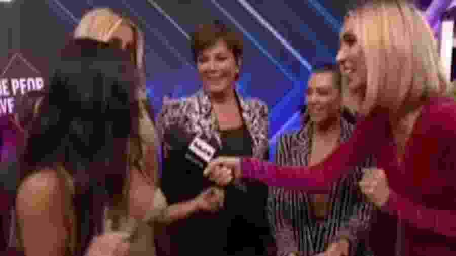 """Momento em que Kim Kardashian interrompe Kourtney, sua irmã, em entrevista no People""""s Choice Awards - Reprodução"""