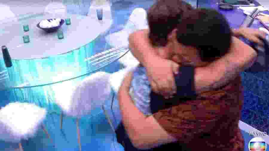 Babu e Pror se abraçam na cozinha - Reprodução/TV Globo