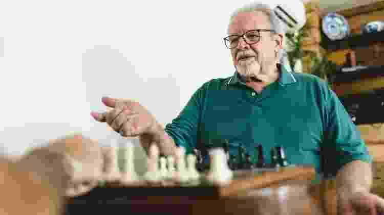 idoso jogando xadrez - iStock - iStock