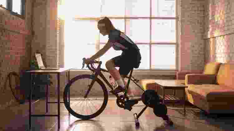 """O rolo """"transforma"""" a bicicleta comum em uma """"bike ergométrica"""" e permite que você pedale dentro de casa - iStock - iStock"""