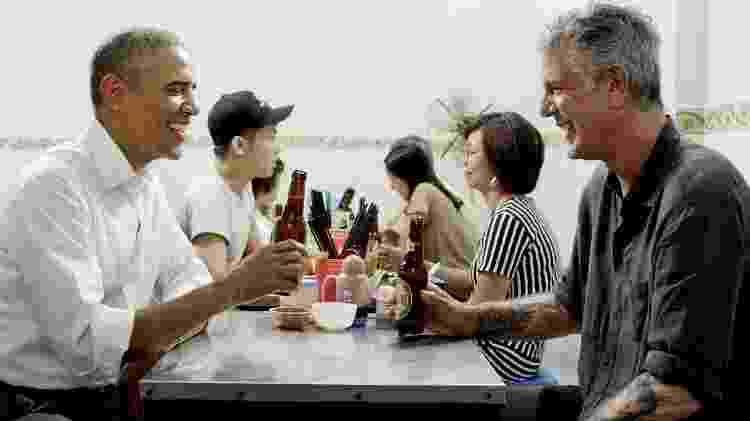 Barack Obama e Anthony Bourdain tomam uma cerveja em Hanói, no Vietnã - Divulgação / CNN Brasil - Divulgação / CNN Brasil