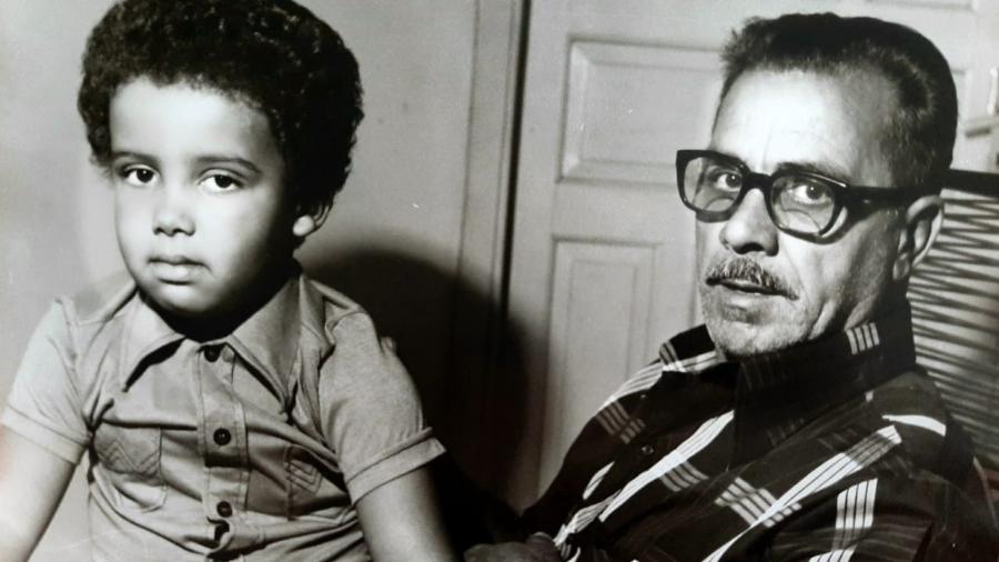 O escritor e diplomata Krishna Monteiro com seu avô Joaquim - Acervo Pessoal