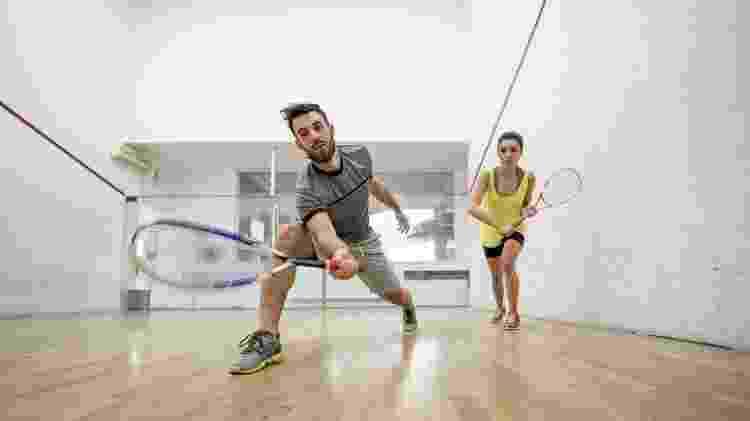 homem jogando squash, esporte com raquete - iStock - iStock