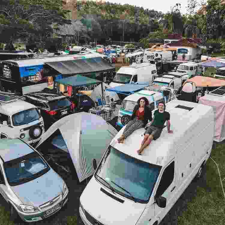 Casal em cima do motorhome em estacionamento de carros - Arquivo Pessoal - Arquivo Pessoal