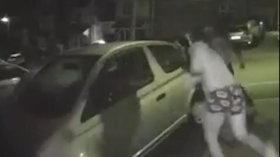 Homem vestindo cueca com estampa de marcas de batom saiu em perseguição a suspeito de tentar furtar seu carro - Reprodução