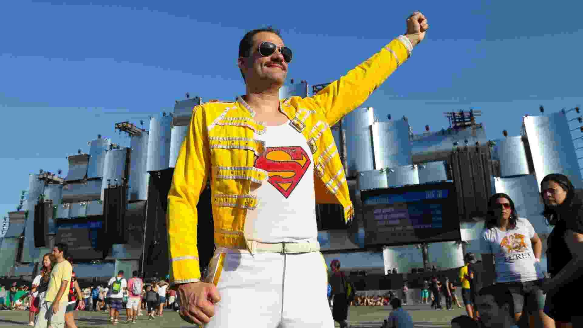 """18.set.2015 - Sósia de Freddie Mercury exibe """"bigodón"""" no primeiro dia de Rock in Rio. Com Adam Lambert no vocal, a banda inglesa se apresenta a partir da meia-noite desta sexta (18) - Marco Antônio Teixeira/UOL"""