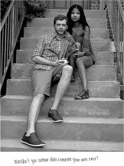 """Namorar uma pessoa de outra raça não deveria ser um tabu, mas, em pleno século 21, casais interraciais escutam insultos e são alvo de preconceito. Pensando nisso, a fotógrafa americana Donna Pinckley criou uma série fotográfica para mostrar o amor e revelar qual foi o comentário mais horrível que cada casal já ouviu. """"Você não prefere namorar alguém da sua própria raça?"""", escutou o par que aparece na imagem - Reprodução/Donna Pinckley"""