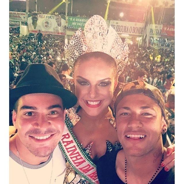 Neymar Jr. posa ao lado de Paloma Bernardi (ao centro) e Thiago Martins