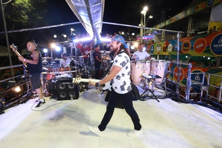 """3.fev.2016 - Ex-Chiclete com Banana """"abre os trabalhos"""" em desfile no trio da Bahiatursa, no circuito do Campo Grande"""