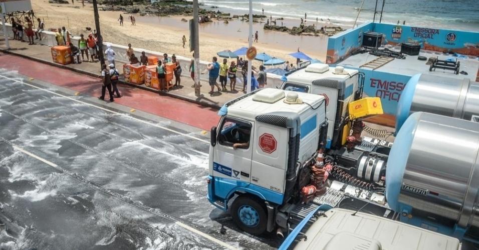 10.fev.2016 - Após a passagem do Arrastão, caminhões-pipa passam pelo circuito Barra-Ondina limpando a via
