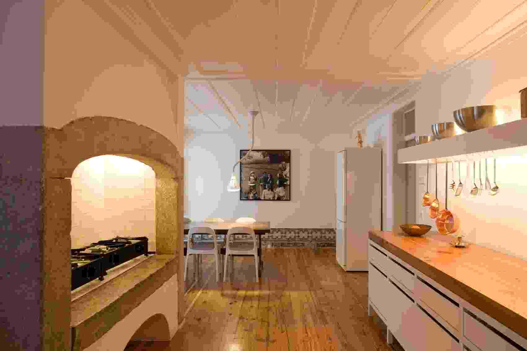 A cozinha é a terceira grande sala do apartamento dúplex chamado Casa Maria Borges. Segundo o arquiteto e projetista da reforma, João Favila Menezes, do Atelier Bugio, a ideia é que esse ambiente fosse como um templo. A  área total original foi aproveitada, além do antigo quarto de empregada e da despensa - Leonardo Finotti/ UOL