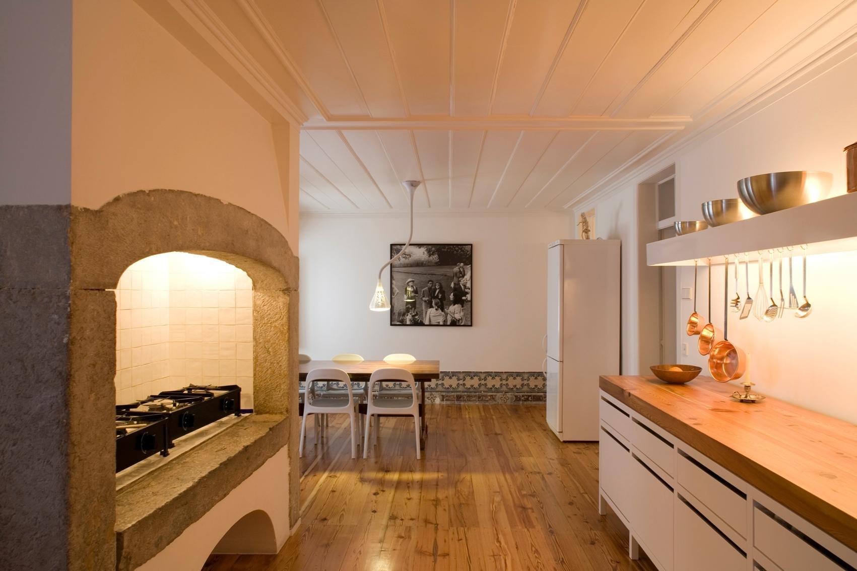 A cozinha é a terceira grande sala do apartamento dúplex chamado Casa Maria Borges. Segundo o arquiteto e projetista da reforma, João Favila Menezes, do Atelier Bugio, a ideia é que esse ambiente fosse como um templo. A  área total original foi aproveitada, além do antigo quarto de empregada e da despensa