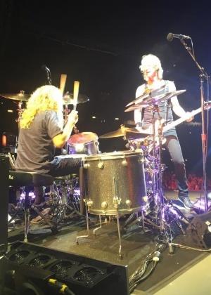 """6.jul.2016 - Perfil oficial do Guns N"""" Roses no Facebook divulga imagem de Steven Adler e Duff no palco - Reprodução /Facebook /Guns N"""" Roses"""