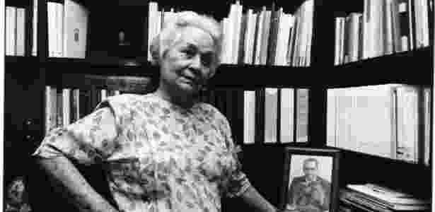 Aracy Moebius de Carvalho Guimarães Rosa em seu apartamento em Copacabana, em 1992. Ela foi a segunda mulher do escritor Guimarães Rosa - Luciana Whitaker/Folhapress