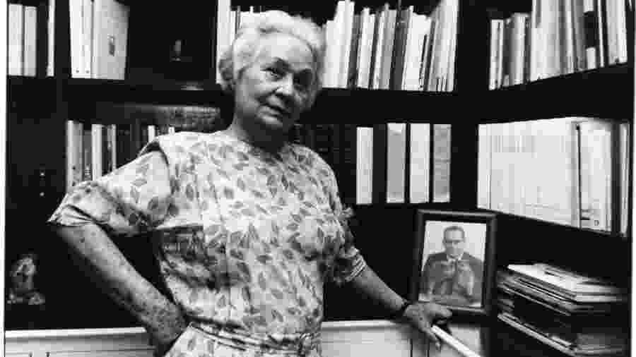 Aracy Moebius de Carvalho Guimarães Rosa em seu apartamento em Copacabana, em 1992 - Luciana Whitaker/Folhapress