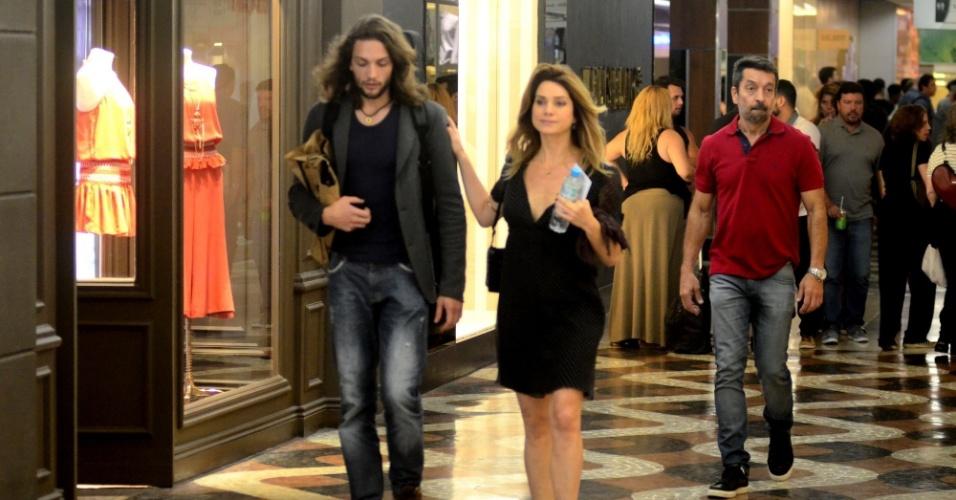 13.out.2016 - Na noite desta quinta-feira, Letícia Spiller foi fotografada andando de mãos dadas com o músico uruguaio Pablo Vares de Azevedo em um shopping na Gávea, Zona Sul do Ri
