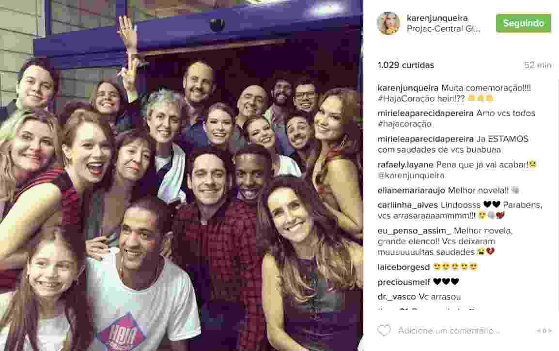 """7.nov.2016 - O elenco de """"Haja Coração"""" já está em clima de despedida. Na noite desta segunda-feira, a atriz Karen Junqueira, que vive a vilã Jéssica, postou em seu Instagram uma foto de parte do elenco reunido - Reprodução /Instagram /karenjunqueira"""