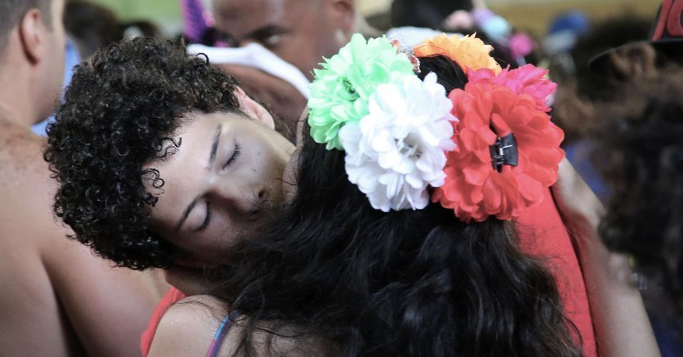 18.fev.2017 - O clima de pegação rolou solto no bloco Xupa Mas Não Baba, em Laranjeiras, Zona Sul do Rio de Janeiro