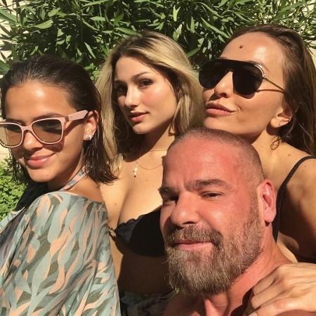 Bruna Marquezine, Sasha e Sabrina Sato posam com amigo - Reprodução/Instagram