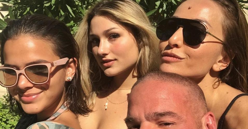 Bruna Marquezine, Sasha e Sabrina Sato posam com amigo