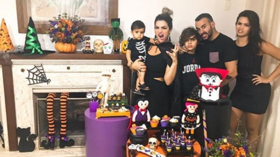 Kelly Key com Artur no colo e ao lado do marido, Mico Freitas, e dos filhos, Jaime e Suzanna - Reprodução/Instagram/oficialkellykey