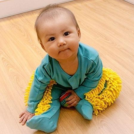 Bebê com macacão com cerdas de esfregão - Reprodução/Baby Mop