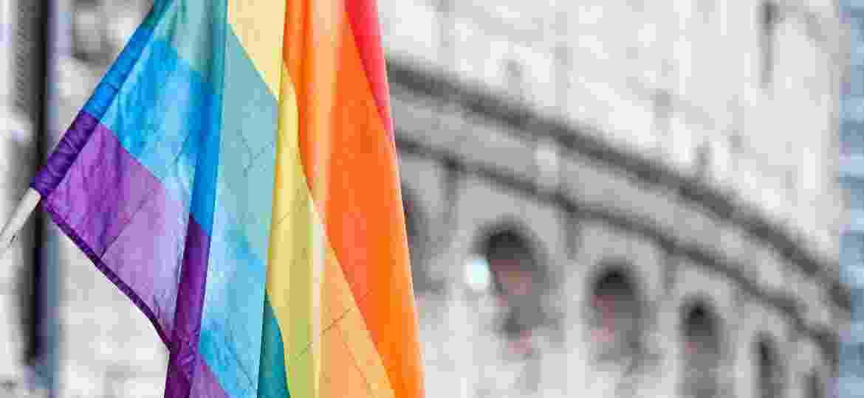 bandeira lgbt com coliseu ao fundo, em roma - Getty Images/iStock