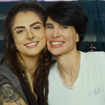 Amélia (dir.) é mãe da cam girl, youtuber e atriz pornô Dread Hot (esq.) - Reprodução/YouTube