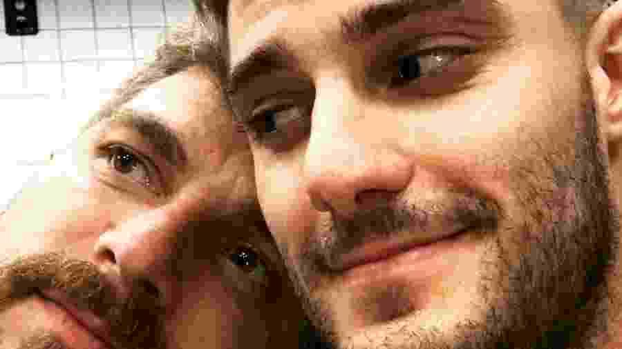 Hugo Bonemer com o namorado, Conrado - Reprodução/Instagram