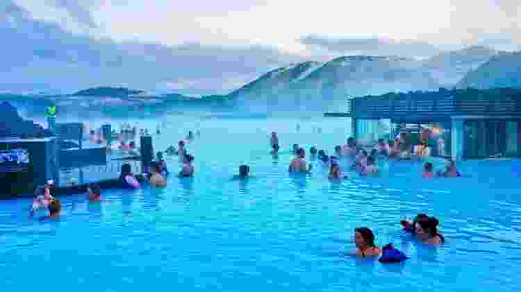 Turistas curtem as águas geotermais da Blue Lagoon, na Islândia - Getty Images