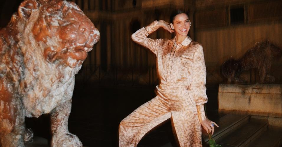 Bruna Marquezine posa com seu look pijama chique em Veneza