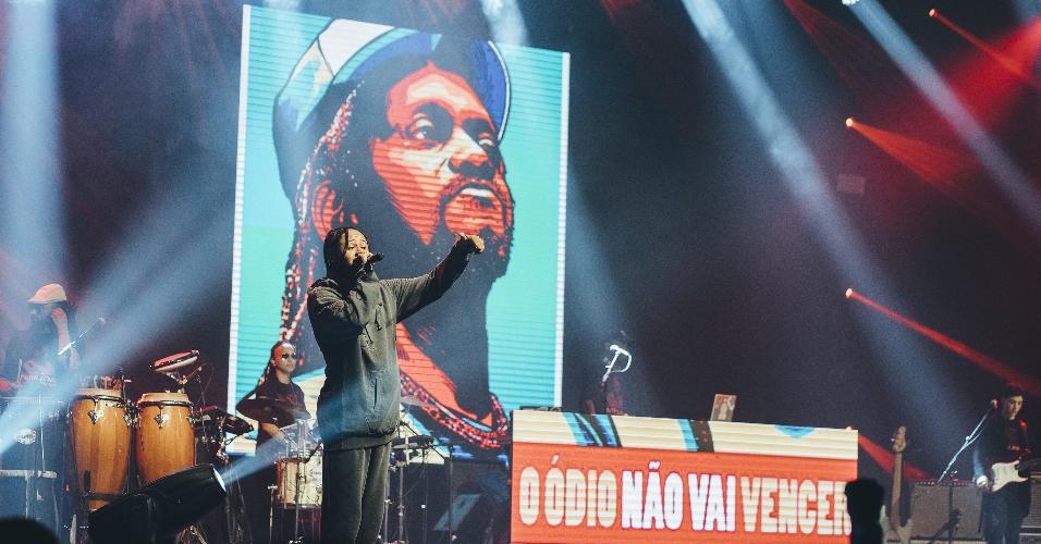 Emicida se posiciona politicamente e protesta contra morte de capoeirista em show de abertura para o Cypress Hill, em São Paulo