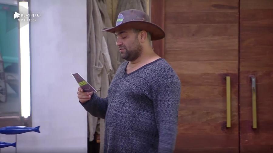 Evandro Santo lê aviso enviado pela produção do programa  - Reprodução/PlayPlus