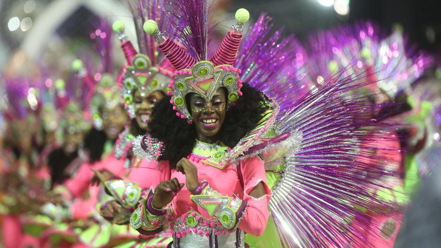 Componentes desfilam pela Vai-Vai, cujo samba-enredo cantou sobre o quilombo do futuro - Ricardo Matsukawa/UOL