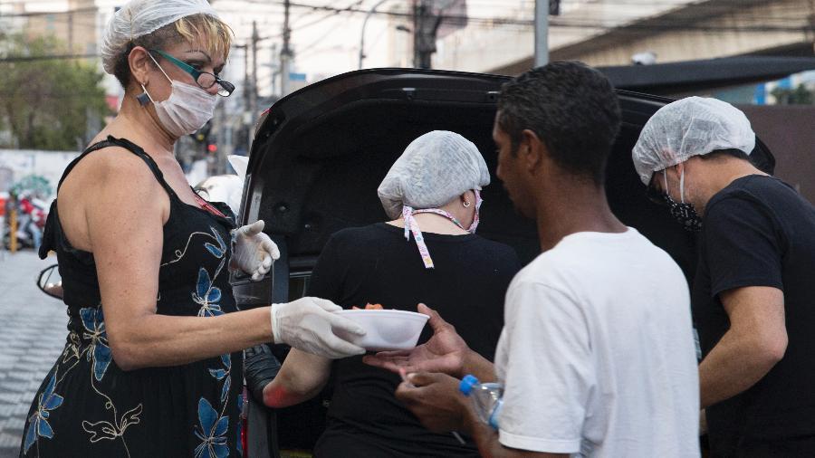 A pastora Jacqueline Chanel entrega quentinhas na zona norte de São Paulo - Gabriela Cais Burdmann/UOL