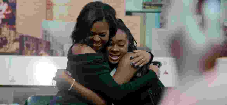 """Michelle Obama abraça jovem em cena do documentário """"Minha História"""" - Divulgação/Netflix"""