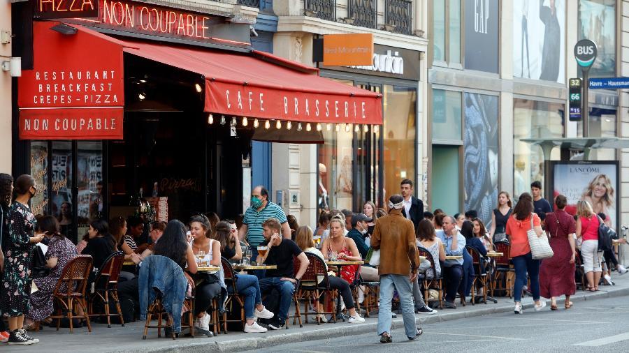 Cafés parisienses voltam à normalidade após anúncio do controle da covid-19 no país - Getty Images