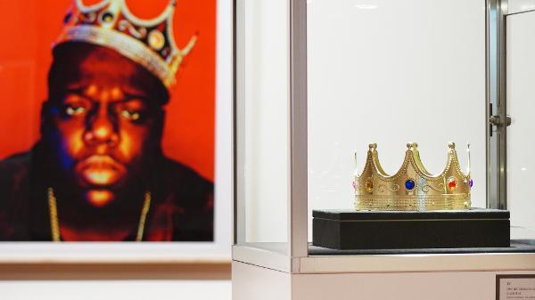 A coroa de plástico usada por Notorious B.I.G. em uma de suas fotos mais famosas foi leiloada pela Sotheby's