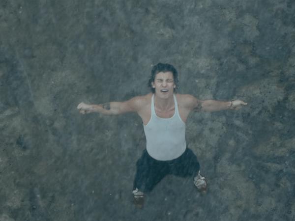 Shawn Mendes dança na chuva em 'Wonder'