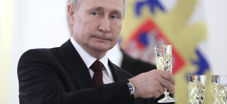 Putin com taças de champanhe, bebida que agora colocou em disputa com franceses - Mikhail MetzelTASS via Getty Images